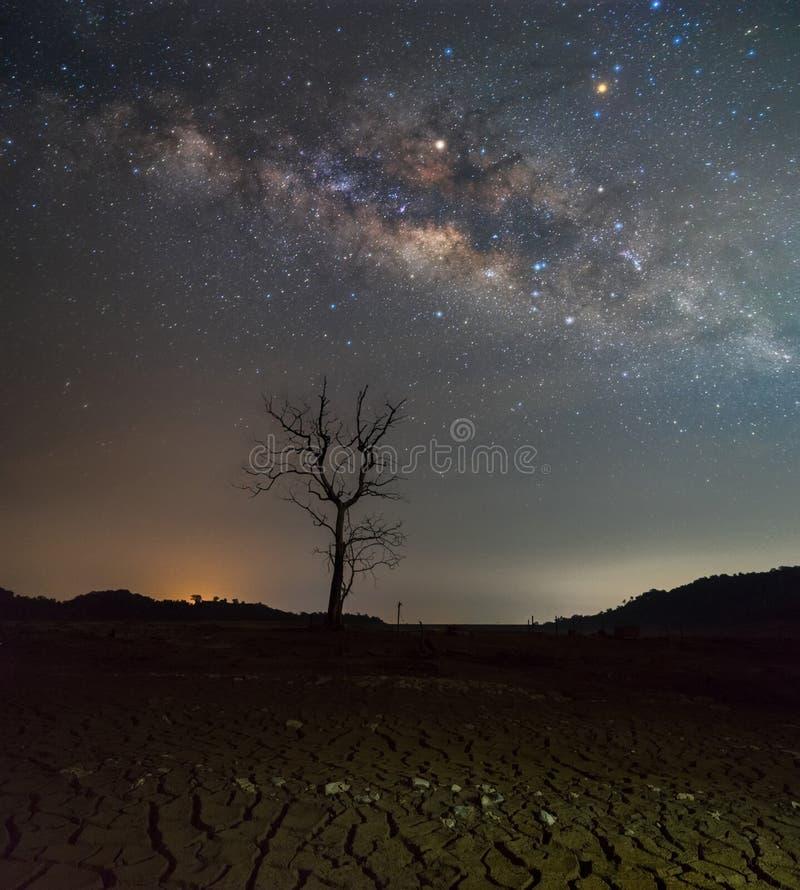 Stjärnklar himmel för härlig natt med resningVintergatan över den döda ten fotografering för bildbyråer