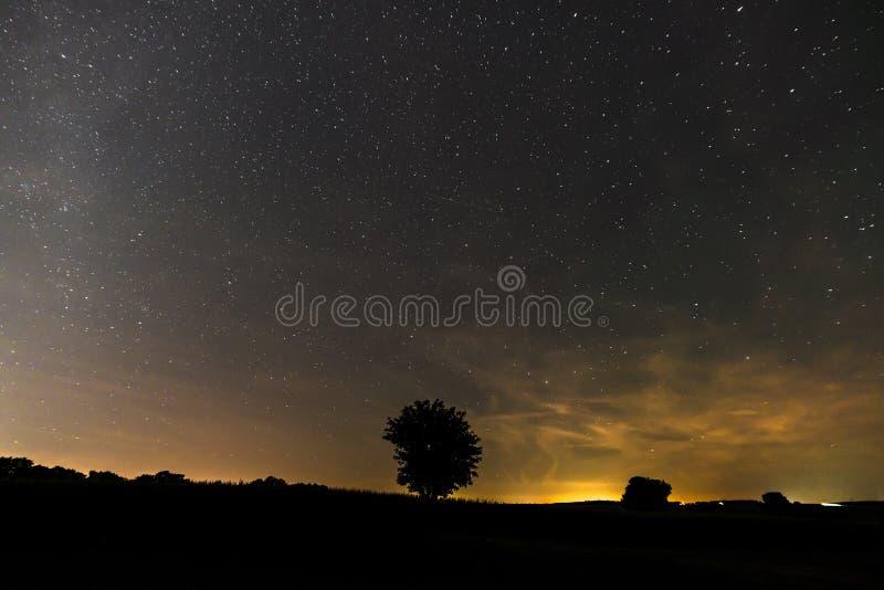 Stjärnklar himmel i sommar på natten av Perseidsen Bayern, Tyskland arkivbild