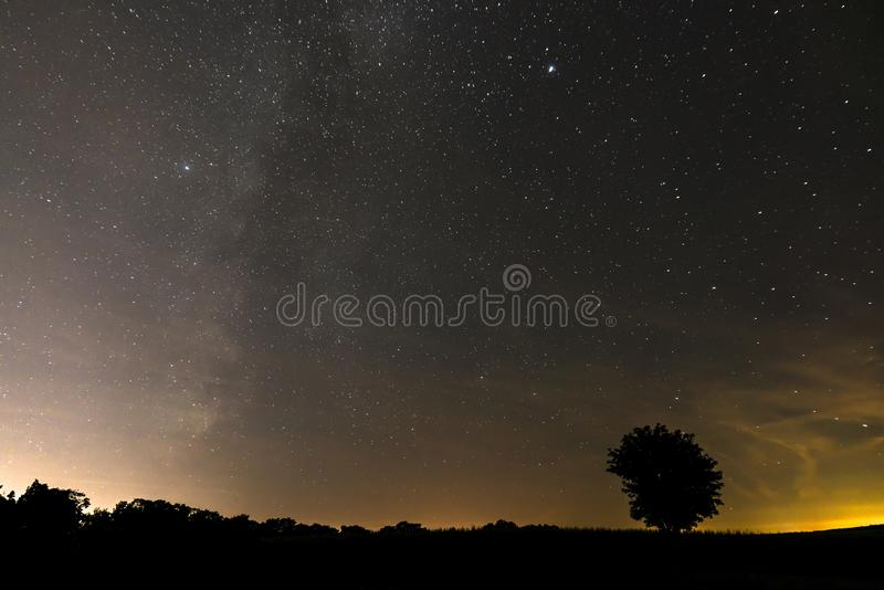 Stjärnklar himmel i sommar på natten av Perseidsen Bayern, Tyskland arkivfoton