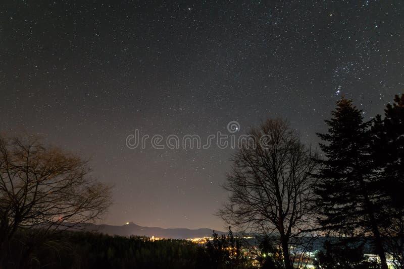 Stjärnklar himmel med den mjölkaktiga vägen i sommaren, Baden-WÃ ¼rttemberg, Tyskland arkivfoto
