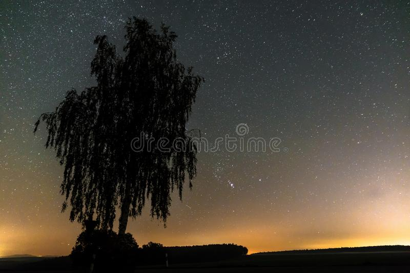 Stjärnklar himmel med den mjölkaktiga vägen i sommaren, Bayern, Tyskland arkivfoton