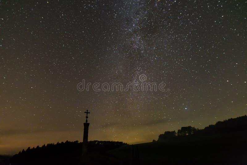 Stjärnklar himmel med den mjölkaktiga vägen i sommaren, Bayern, Tyskland arkivbild