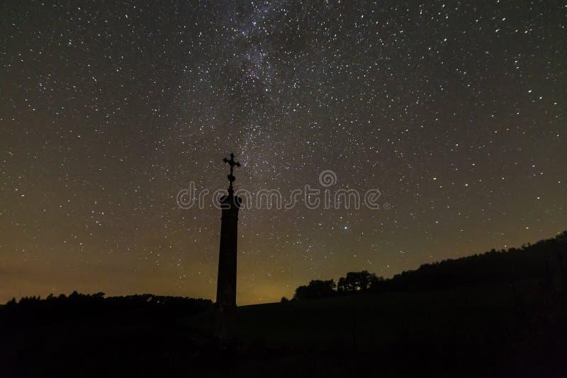 Stjärnklar himmel med den mjölkaktiga vägen i sommaren, Bayern, Tyskland royaltyfria foton