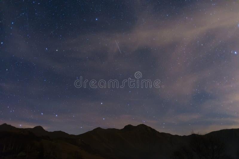 Stjärnklar himmel med Ursa Major och Capella från fjällängarna royaltyfri fotografi
