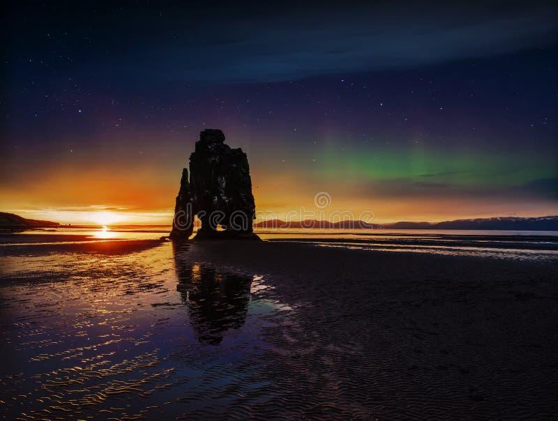 Stjärnklar himmel och nordliga ljus i en imponerande föreställning vaggar i havet på den nordliga kusten av Island Legender säger fotografering för bildbyråer