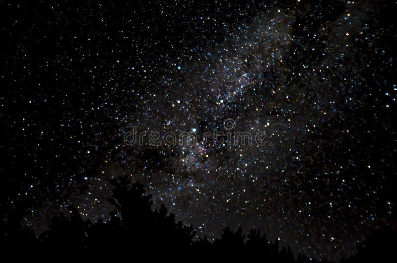 Stjärnklar himmel på natt för ny måne arkivfoto