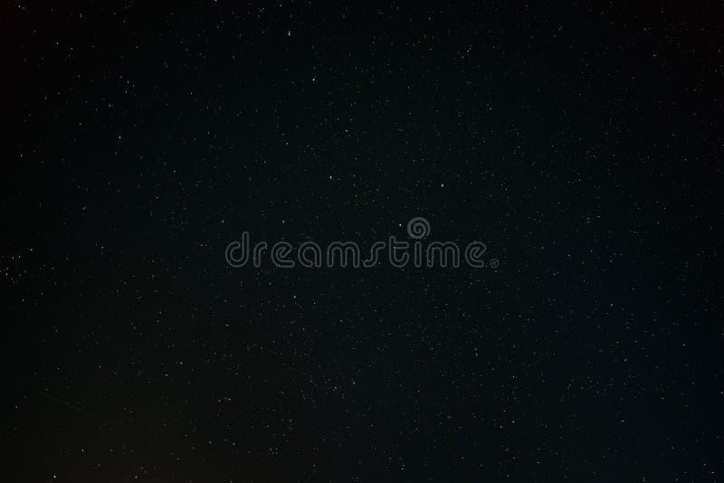 Stjärnklar himmelbakgrund för svart mörk natt Nattsikt av naturliga glödande stjärnor royaltyfri foto