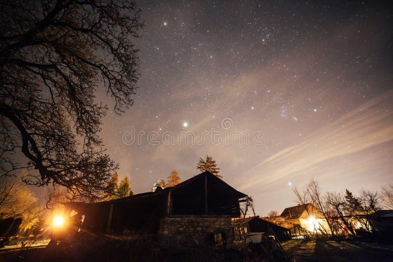 Stjärnklar natt över landshem fotografering för bildbyråer