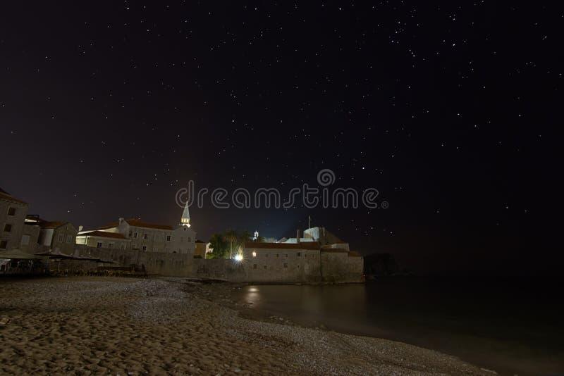 Stjärnklar natt för kust- fästning royaltyfri bild