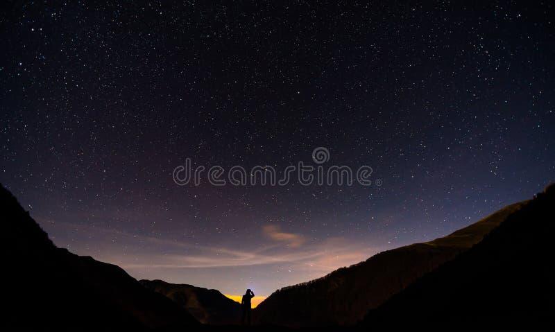 Stjärnklar natt i berget royaltyfria foton