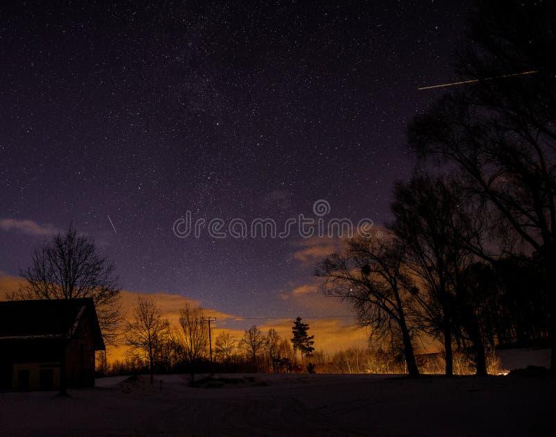 Stjärnklar natt med ljusa strimmor arkivbilder