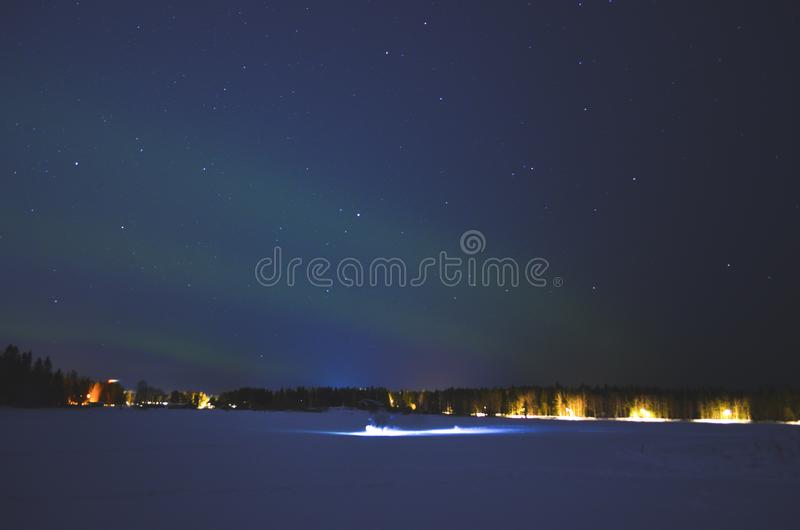 Stjärnklart nordligt ljus när en personflyttning med pråligt ljus fotografering för bildbyråer