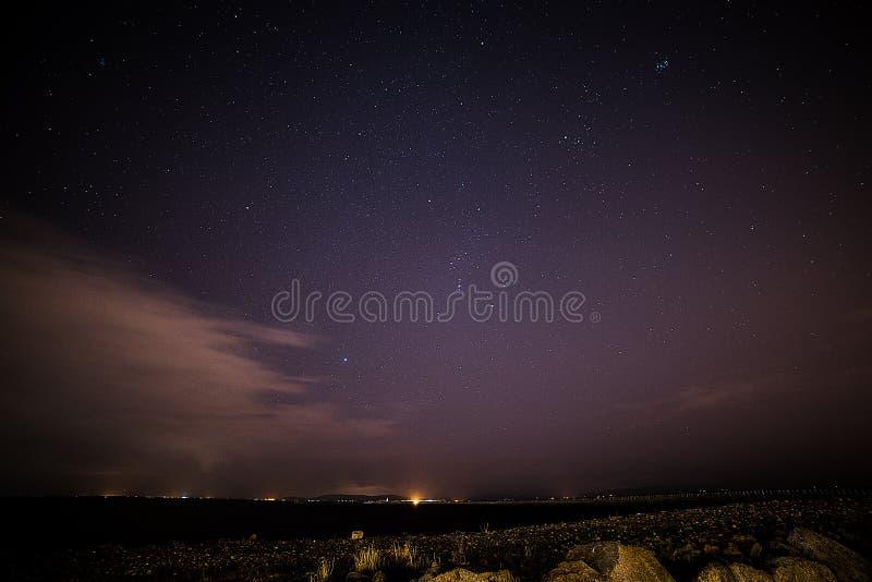 Stjärnor över Galway och fyren arkivbild