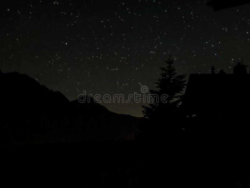 Stjärnor bak bergen royaltyfri fotografi