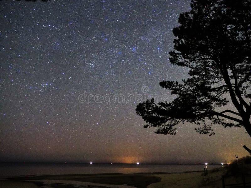 Stj?rnor f?r natthimmel och f?r mj?lkaktig v?g, Perseus och Cassiopeiakonstellation ?ver havet royaltyfria foton