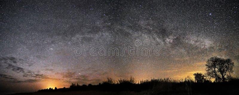 Stjärnor för natthimmel och stjärna- och molnpanorama för mjölkaktig väg arkivbilder