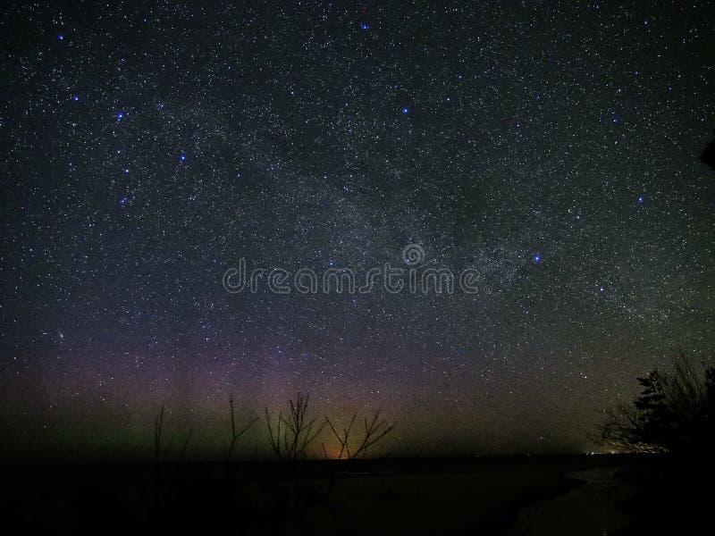 Stjärnor för universum och för mjölkaktig väg i konstellation för cassiopeia för natthimmel arkivfoto
