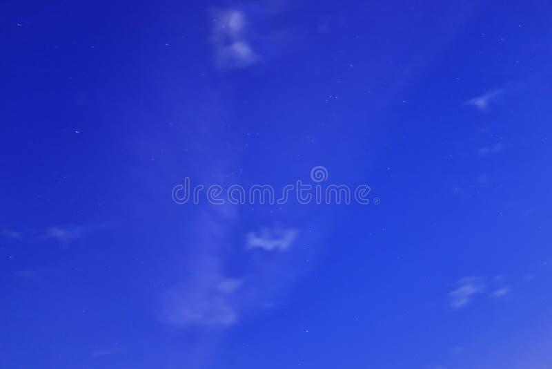 stjärnor i yttre rymd med blåa nebulosamoln arkivfoton