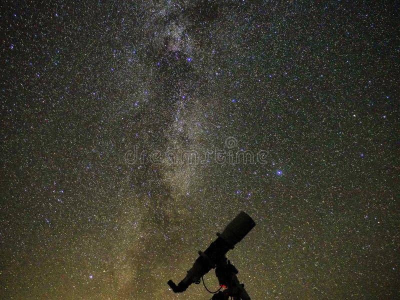 Stjärnor och galaxer för mjölkaktig väg observera över teleskopet royaltyfria bilder