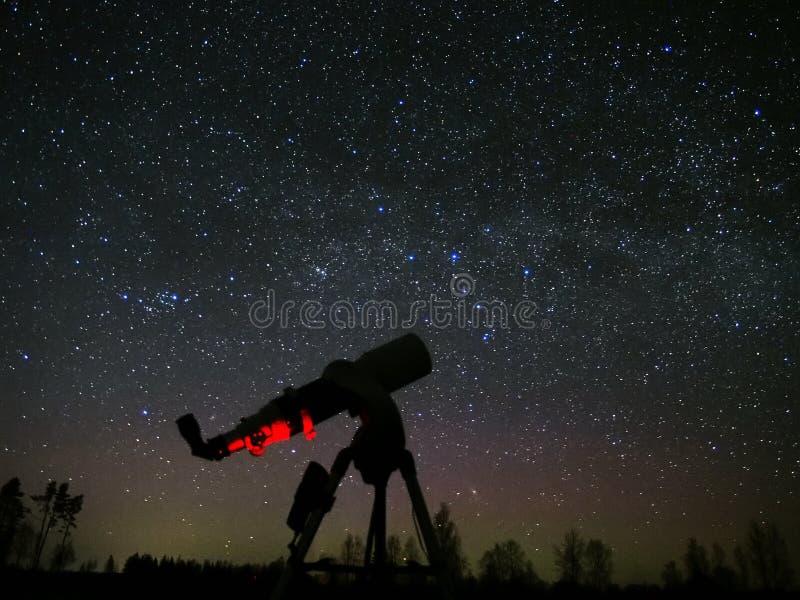 Stjärnor och teleskop för mjölkaktig väg på natthimmel royaltyfri bild