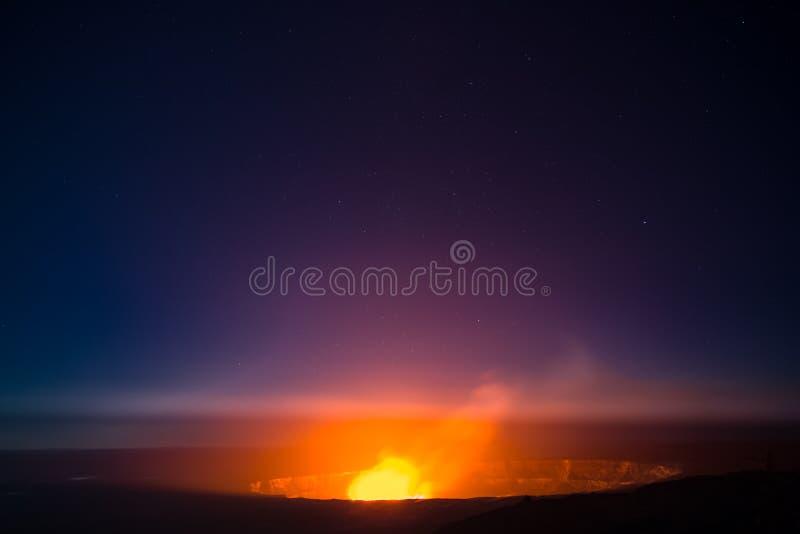 Stjärnor syns ovanför den Kilauea calderaen i Hawaii fotografering för bildbyråer