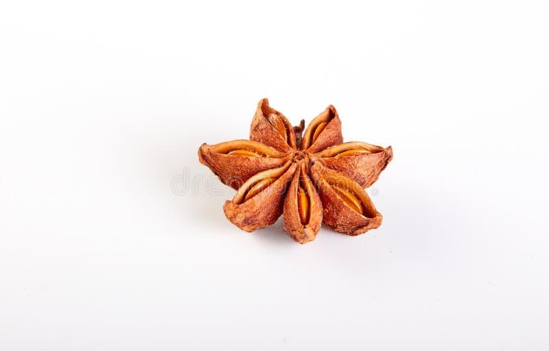 stj?rnan f?r kryddan f?r kinesisk kokkonst f?r anisebakgrund anv?nde den indiska white brett arkivbilder