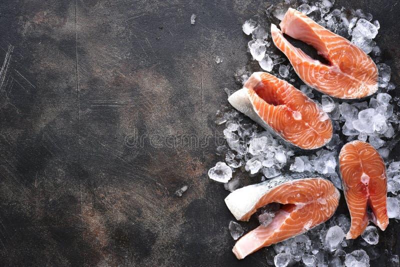 Stki surowy łosoś na lodzie Odgórny widok z przestrzenią dla teksta zdjęcia stock
