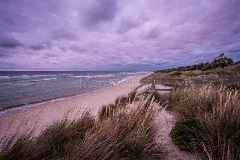 Stky drammatico sopra la linea costiera della penisola di Mornington fotografia stock libera da diritti