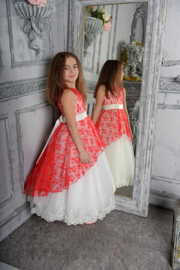 ?stlig typ flickan brunetten i vit med en r?d elegant kl?nning royaltyfria bilder