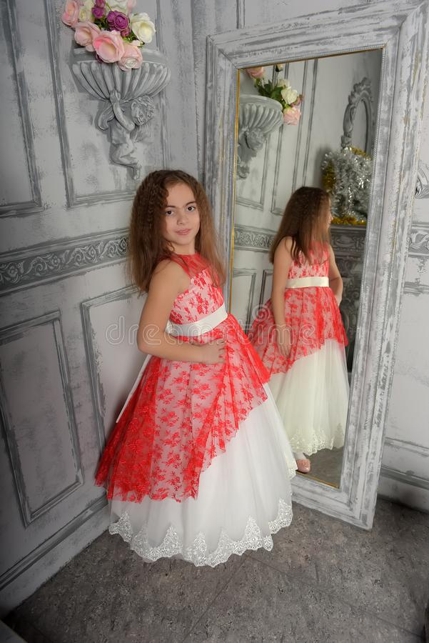 ?stlig typ flickan brunetten i vit med en r?d elegant kl?nning fotografering för bildbyråer