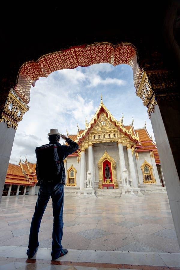 ?stliga Asien sommarferier Asiatisk manturist som ser Wat Benchamabopitr Dusitvanaram Bangkok Thailand Asien turist, arkivfoton