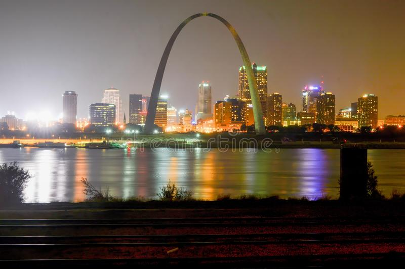 StLouis, Missouri - los E.E.U.U. - 6 de septiembre de 2015: Ciudad del horizonte de St. Louis fotos de archivo