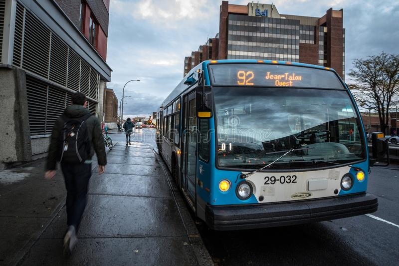 STM logo på en av deras stads- bussar i det Jean Talon stoppet Också bekant som Societe de transport de Montreal arkivbilder
