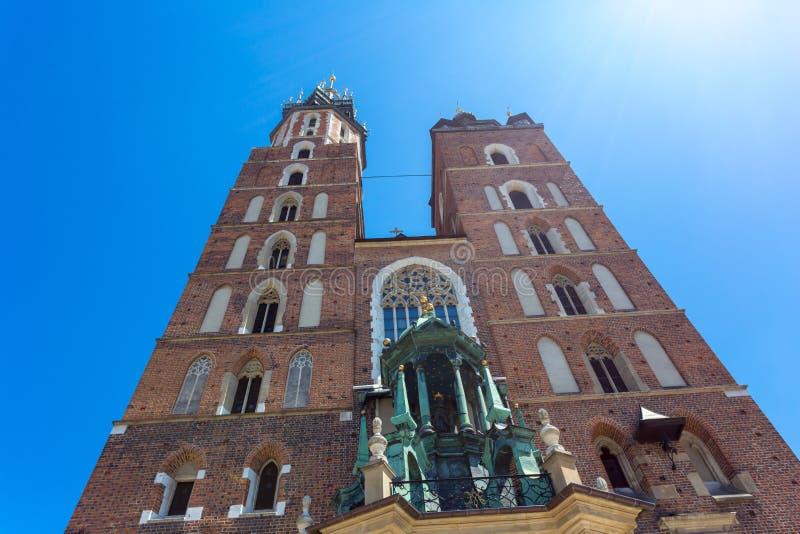 StMary basilika i huvudsaklig marknadsfyrkant i Krakow, Polen Gotisk stilMariacki kyrka royaltyfria bilder