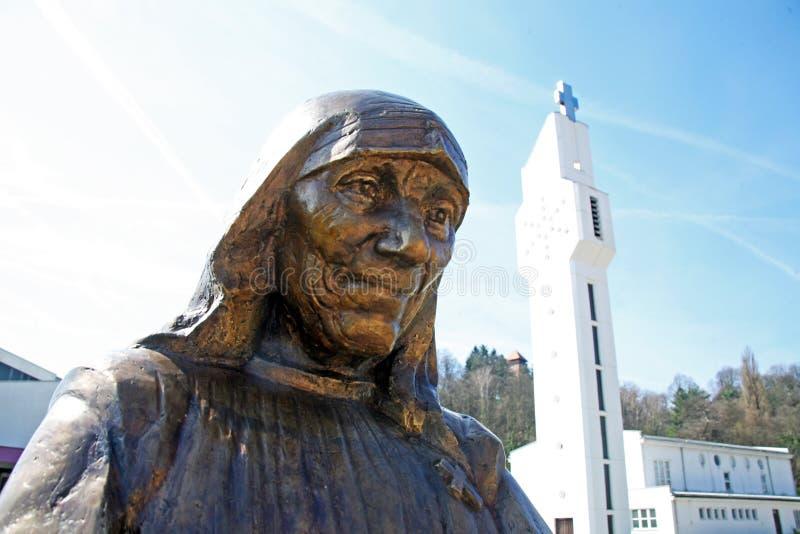 StMother特里萨纪念碑在卡尔洛瓦茨,克罗地亚,欧洲 库存照片