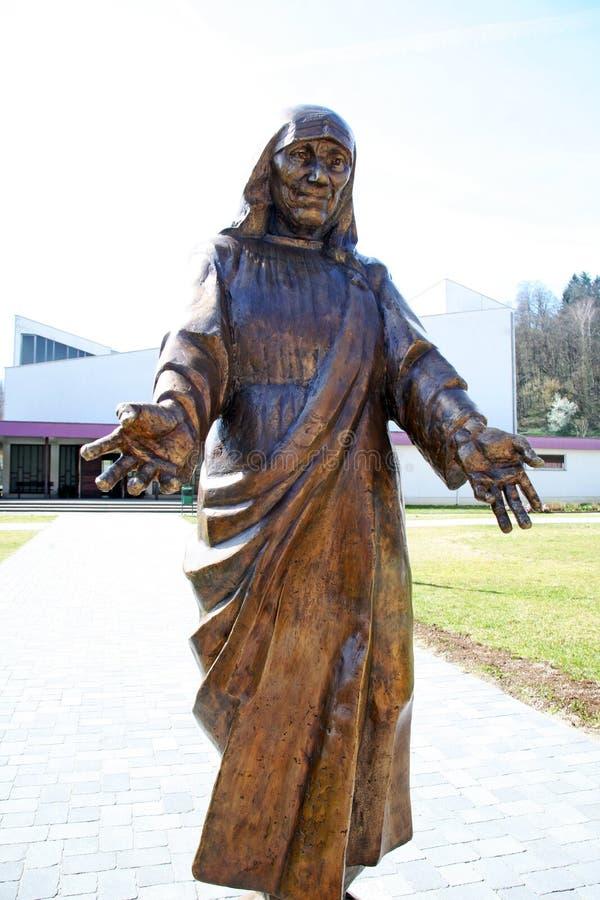 StMother特里萨纪念碑在卡尔洛瓦茨,克罗地亚,欧洲 免版税库存图片