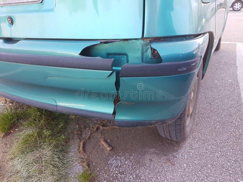 Stoßdämpfer schädigendes hinteres grünes Auto lizenzfreie stockfotografie