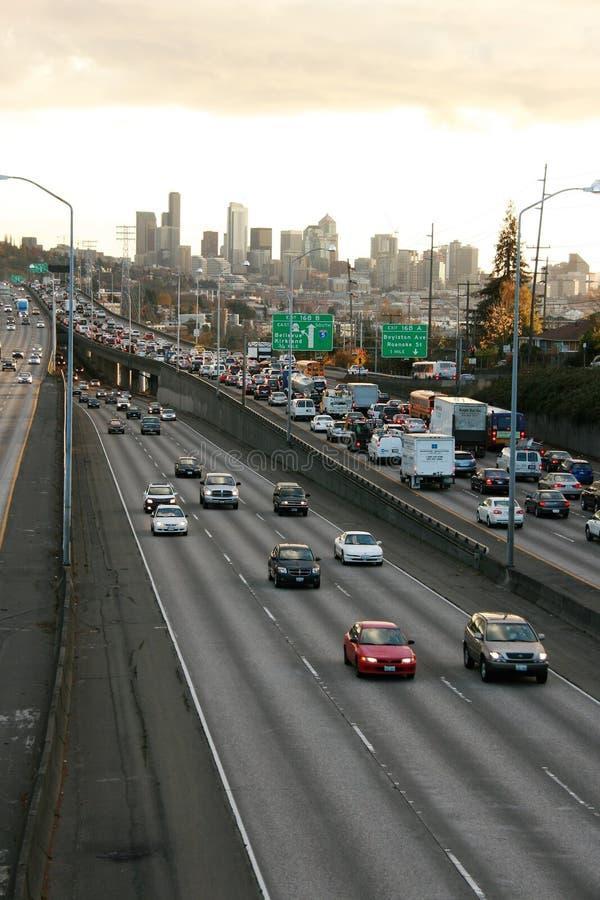 Stoßverkehr auf Autobahn Seattle-Skylinen stockbild