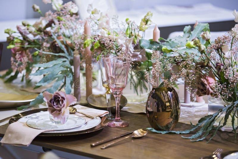 Stołowy położenie w menchiach barwi, dla ślubu, wydarzenie, win szkła, talerze, łyżki, rozwidlenia, kwiaty lub wazy inni, fotografia royalty free