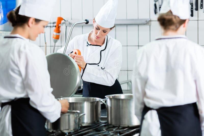 Stołówkowa kuchnia z szefami kuchni podczas usługa zdjęcia royalty free