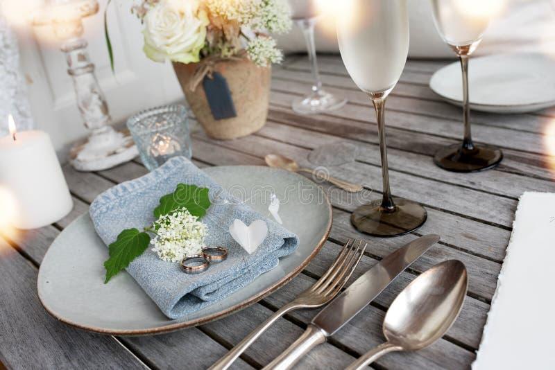 Stołowa dekoracja w rocznika stylu dla ślubnego gościa restauracji obraz stock