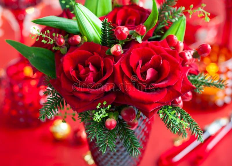 Stołowa dekoracja z kwiatami zdjęcie royalty free