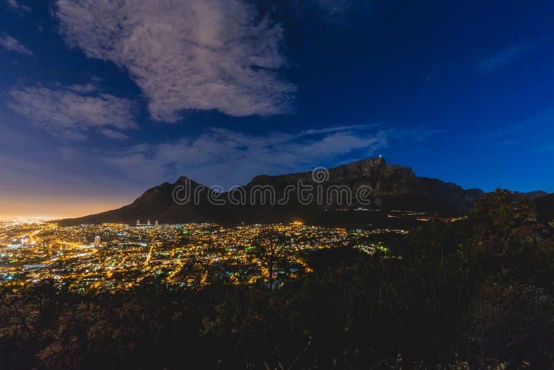 Stołowa góra i Kapsztad miasto Rzucamy kulą przy nocą z chmurami fotografia stock