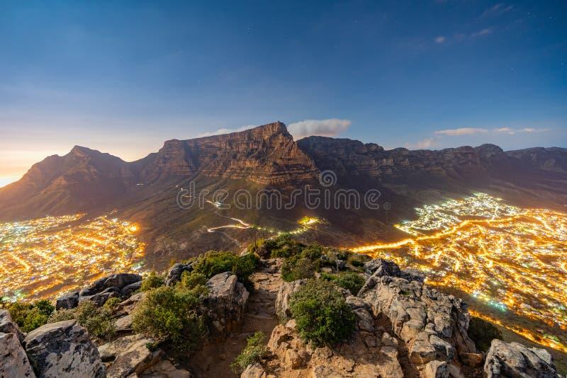 Stołowa góra przy nocą w Kapsztad, Południowa Afryka obrazy stock
