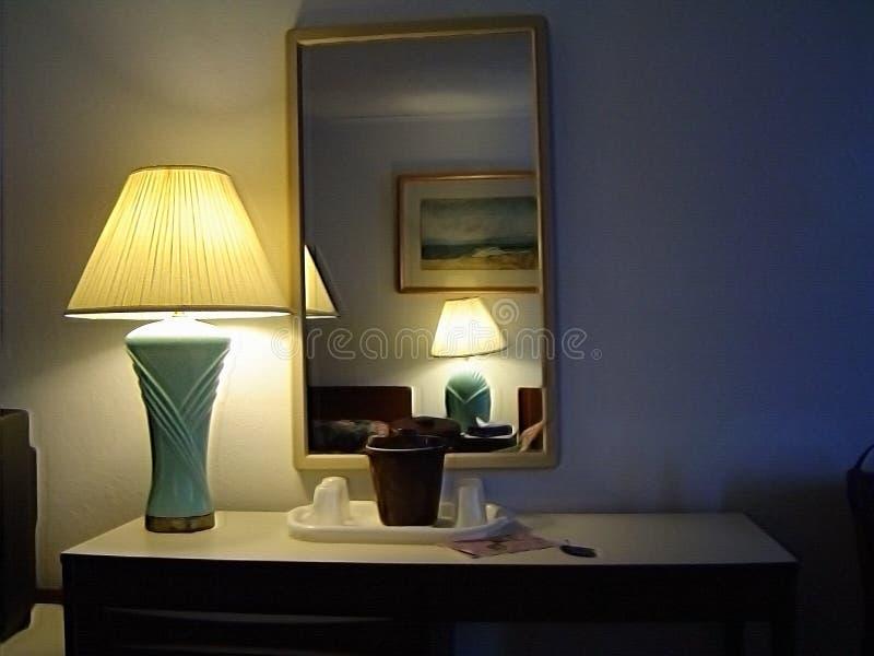 Stołowa lampa i lustro zdjęcia stock