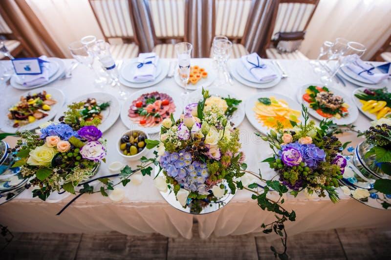 Stołowe dekoracje z kwiatami zdjęcie stock