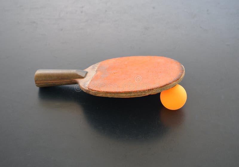 Stołowego tenisa piłka i ochraniacz obraz stock