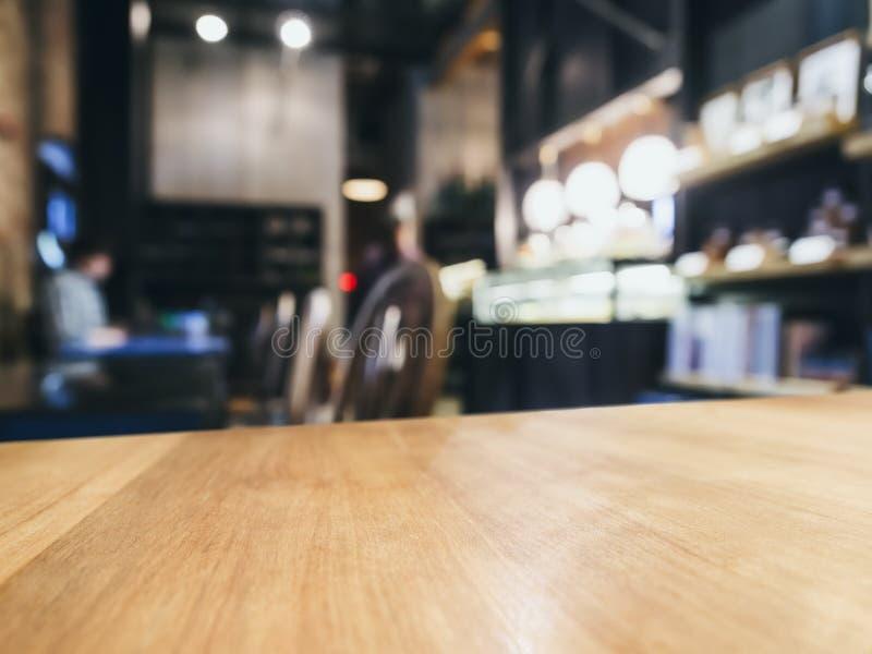 Stołowego wierzchołka kontuaru bar z zamazanym Prętowym restauracyjnym tłem obraz stock