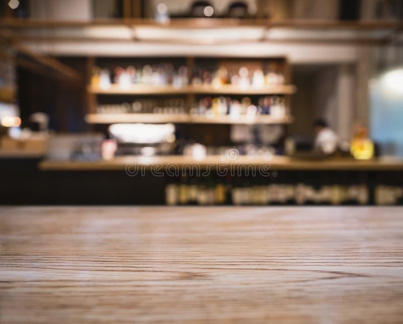 Stołowego wierzchołka kontuaru plamy baru szelfowi ludzie w Cukiernianej restauraci obraz royalty free