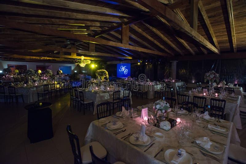 Stołowy decoraction, nocy ślubna dekoracja z świeczkami i win szkła, ślubny centerpiece fotografia royalty free